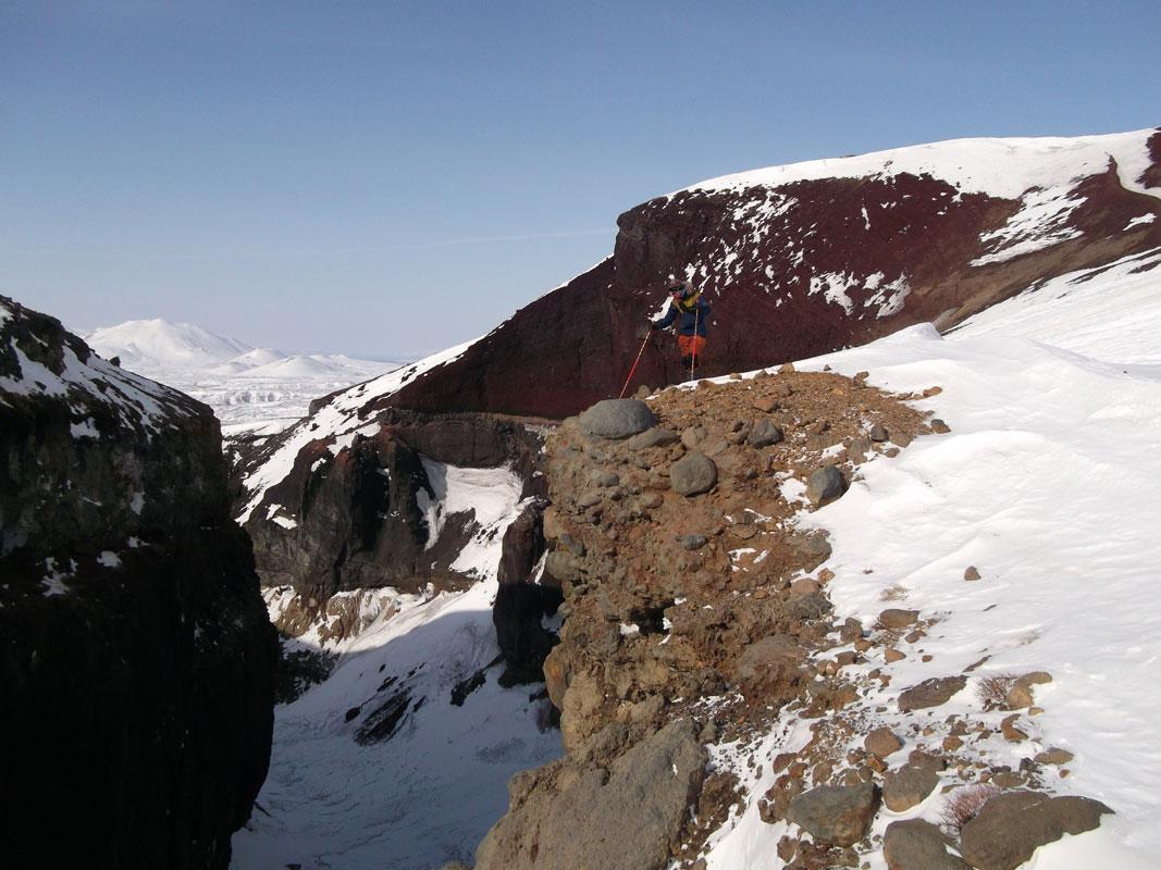 Приметная красная скала над ледопадом