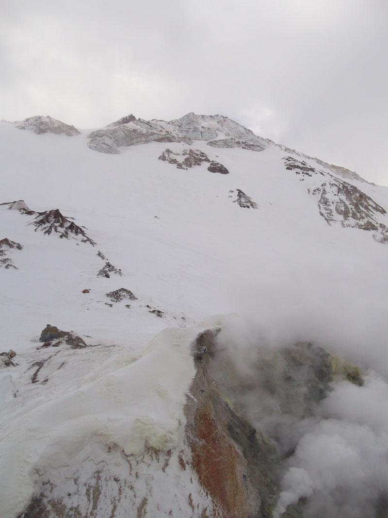 Очередное поле фумарол на стенке каньона р. Вулканный. Виден край ледника на правом берегу
