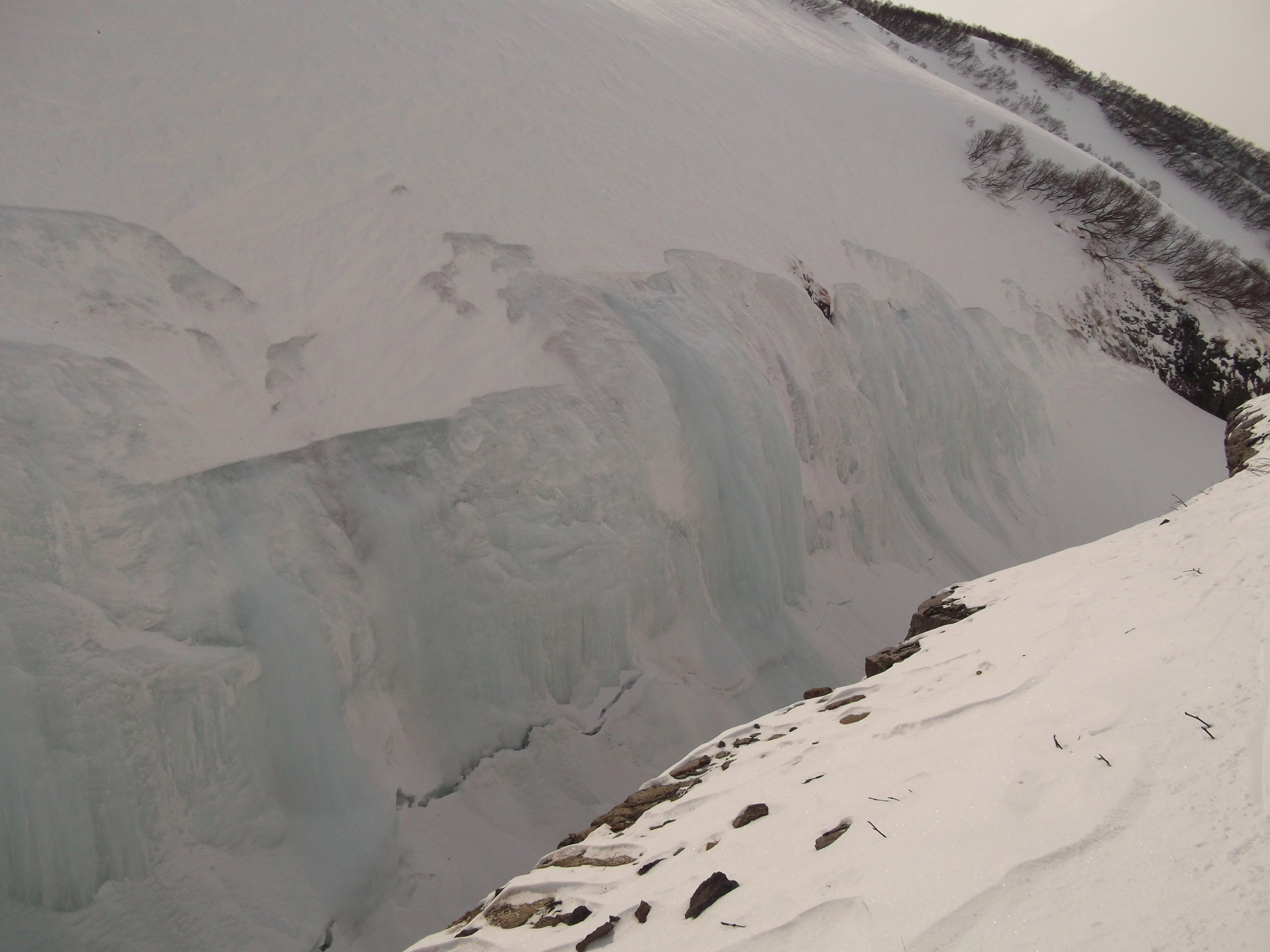 Ледовая стенка на левом берегу Вулканного